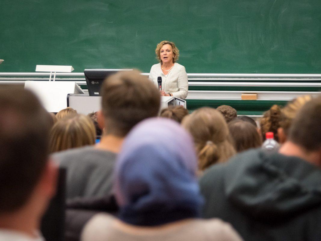 Professorin Müller-Brandeck-Bocquet verliest öffentlich ihre Entschuldigung. Foto: Pascal Höfig