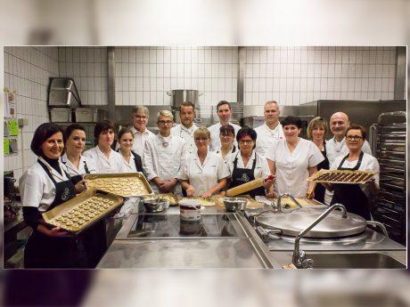 Backe, backe Kuchen, das Kasino hat gerufen und alle Mitarbeiter folgten der jährlichen Backaktion für den guten Zweck, auch Fachbereichsleiter Zentraler Service, Edgar Kempf (hinten links) und Kasino-Leiter Guido Keupp (hinten rechts). Foto: Claudia Lother