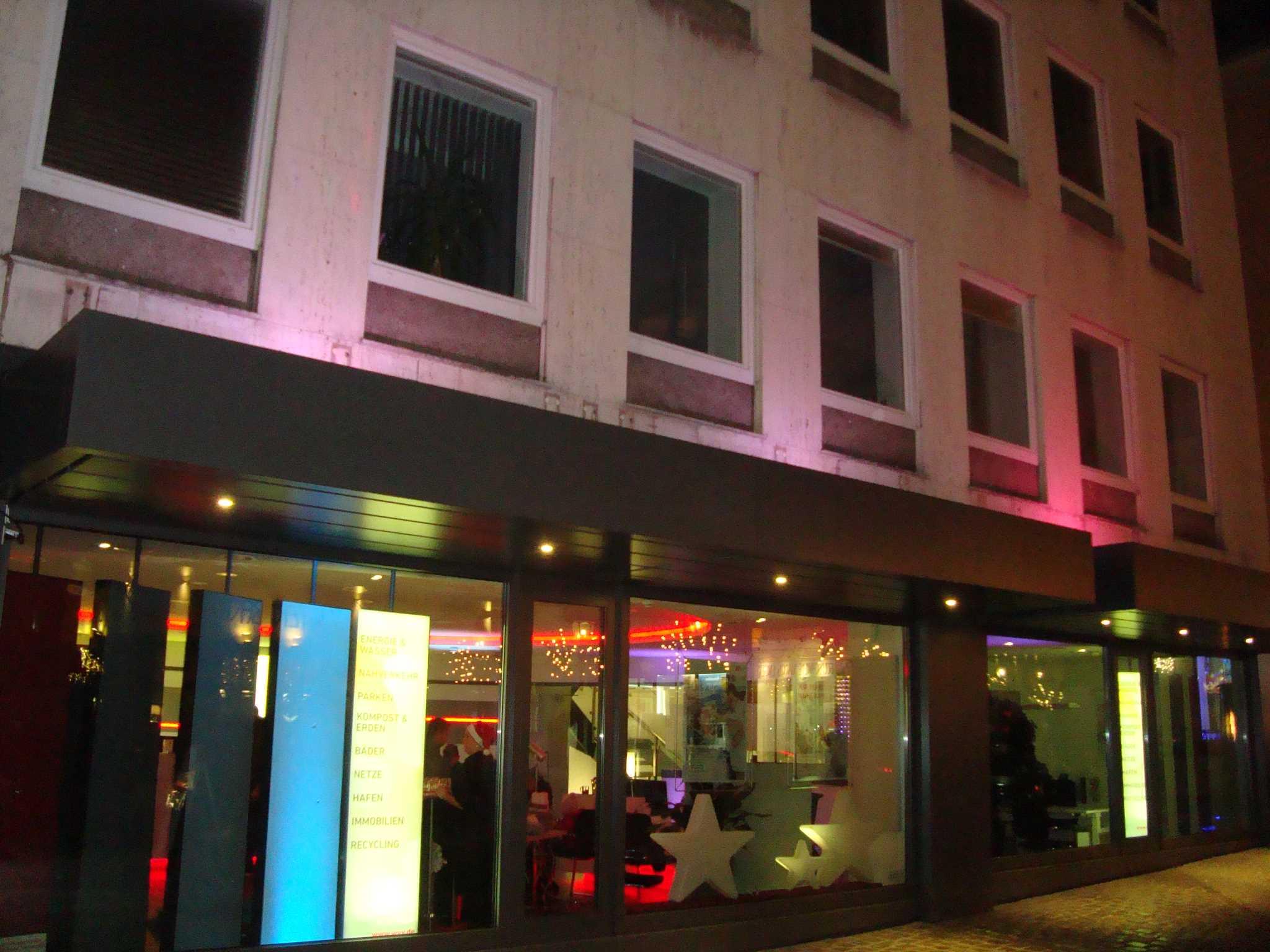 Am Lichterglanz Event erstrahlt das Kundenzentrum der WVV in den schönsten Farben. Foto: WVV