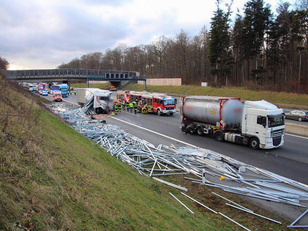Der Unfallverursacher fuhr nahezu ungebremst auf einen am Stauende stehenden, polnischen Lkw auf. Foto: Rene Engmann