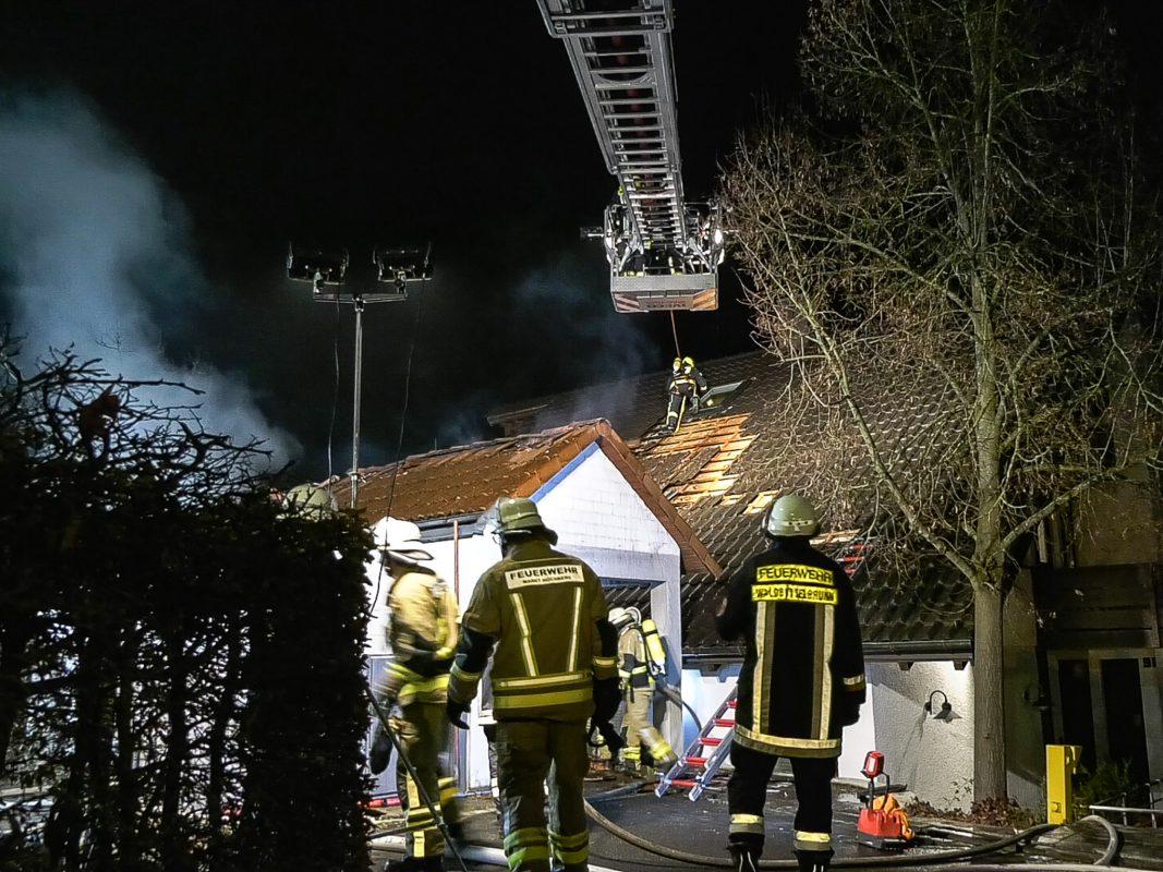 Auch ein Großaufgebot der Feuerwehr konnte ein Übergreifen der Flammen auf das Wohnhaus nicht verhindern. Foto: Pascal Höfig