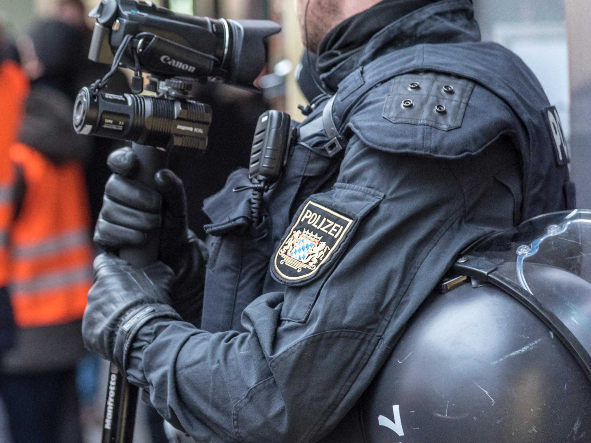 Ein Polizeibeamter mit Videokamera. Foto: Pascal Höfig