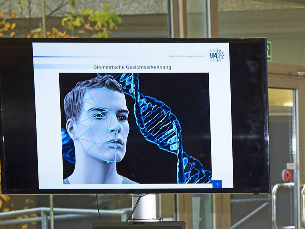 Innenminister Joachim Herrmann verstärkt die innovative Videoauswertung bei der Bayerischen Polizei. Zur intensiveren Täterfahndung wird vor allem die biometrische Gesichtserkennung weiter ausgebaut. Foto: Bayerisches Landeskriminalamt