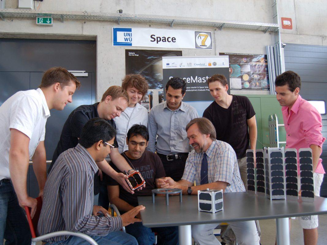 Satellitenbau in Kleingruppen an der Uni. Foto: Informatik VII, Universität Würzburg
