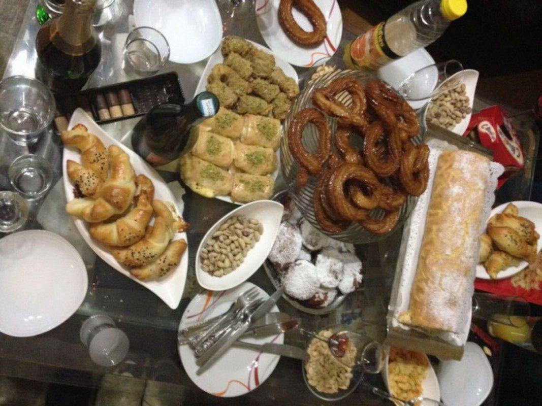 Ein üppig gefüllter Tisch zu Silvester. Foto: Privat
