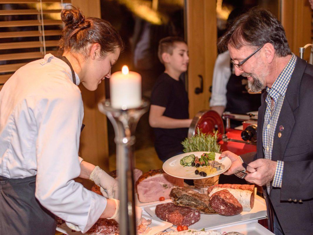 Wunderbare Speisen in wunderbarem Ambiente – die Küchenparty im Schlosshotel Steinburg. Foto: Schlosshotel Steinburg