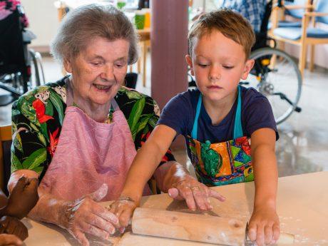 Senioren und Kinder profitieren vom gemeinsamen Backen. Foto: AWO Bezirksverband Unterfranken e.V.