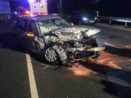 Bei dem Zusammenstoß mit einem Rübenlaster auf der B13 wurde der Autofahrer glücklicherweise nur leicht verletzt. Foto: Freiwillige Feuerwehr Randersacker