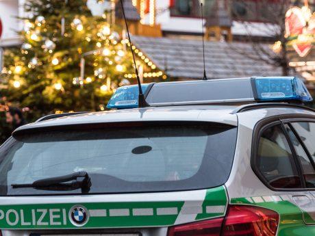 Streifenwagen der Polizei an einem Weihnachtsmarkt. Foto: Pascal Höfig