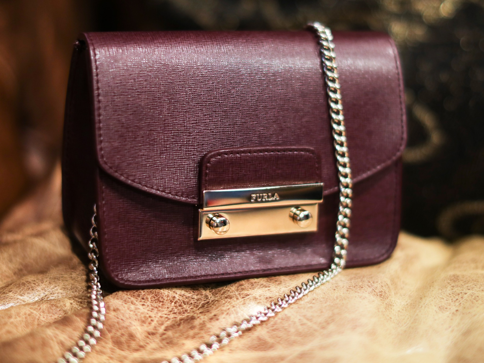 Minibag in Bordeaux von Furla. Foto: Wertheim Village