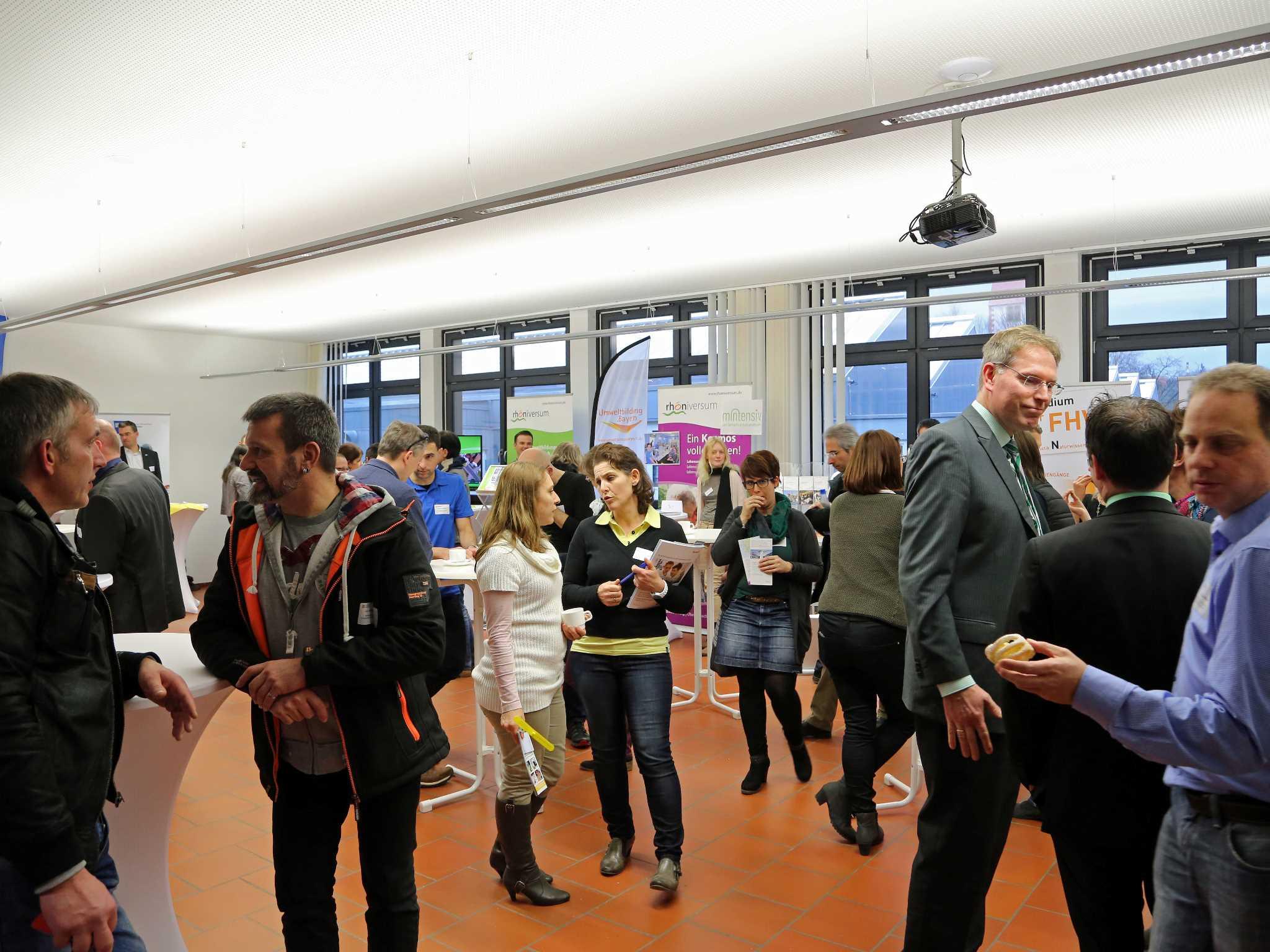 Reger Austausch in der Fachausstellung der mainfränkischen MINT-Anbieter. Foto: Rudi Merkl, Region Mainfranken GmbH