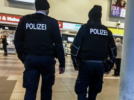 Bundespolizisten im Bahnhof Würzburg. Foto: Pascal Höfig
