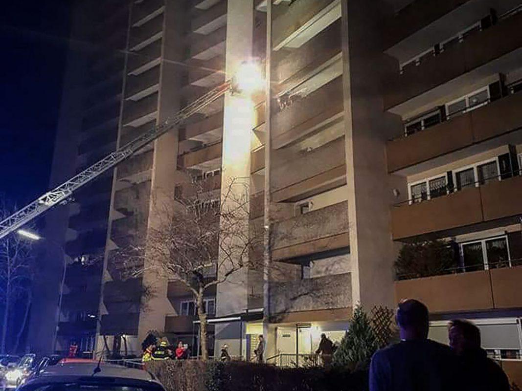 Der Anwohner hatte auf dem Balkon die glühende Kohle einer Wasserpfeife vergessen, was dazu führte, das Unrat auf dem Balkon in Brand geriet. Foto: Feuerwehr Versbach