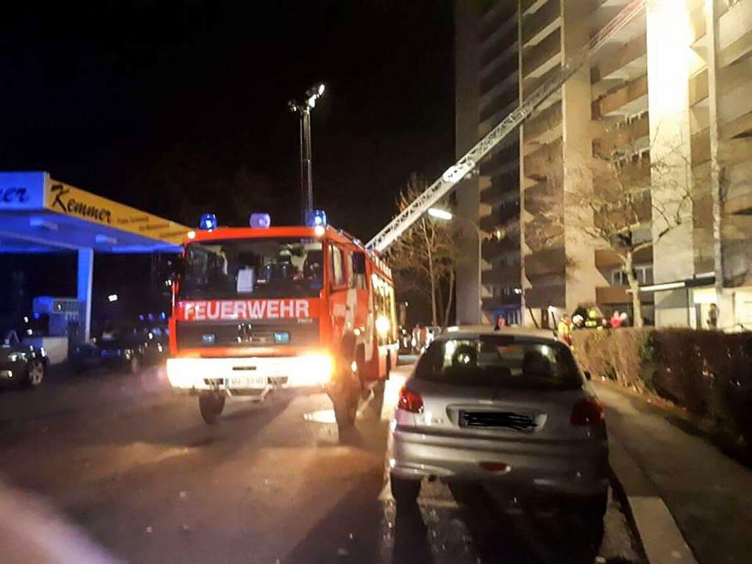 Als die Einsatzkräfte der Freiwilligen Feuerwehr Versbach eintrafen, stellten die Einsatzkräfte Feuer auf einem Balkon im 6 Obergeschoß fest. Foto: Freiwilligen Feuerwehr Versbach