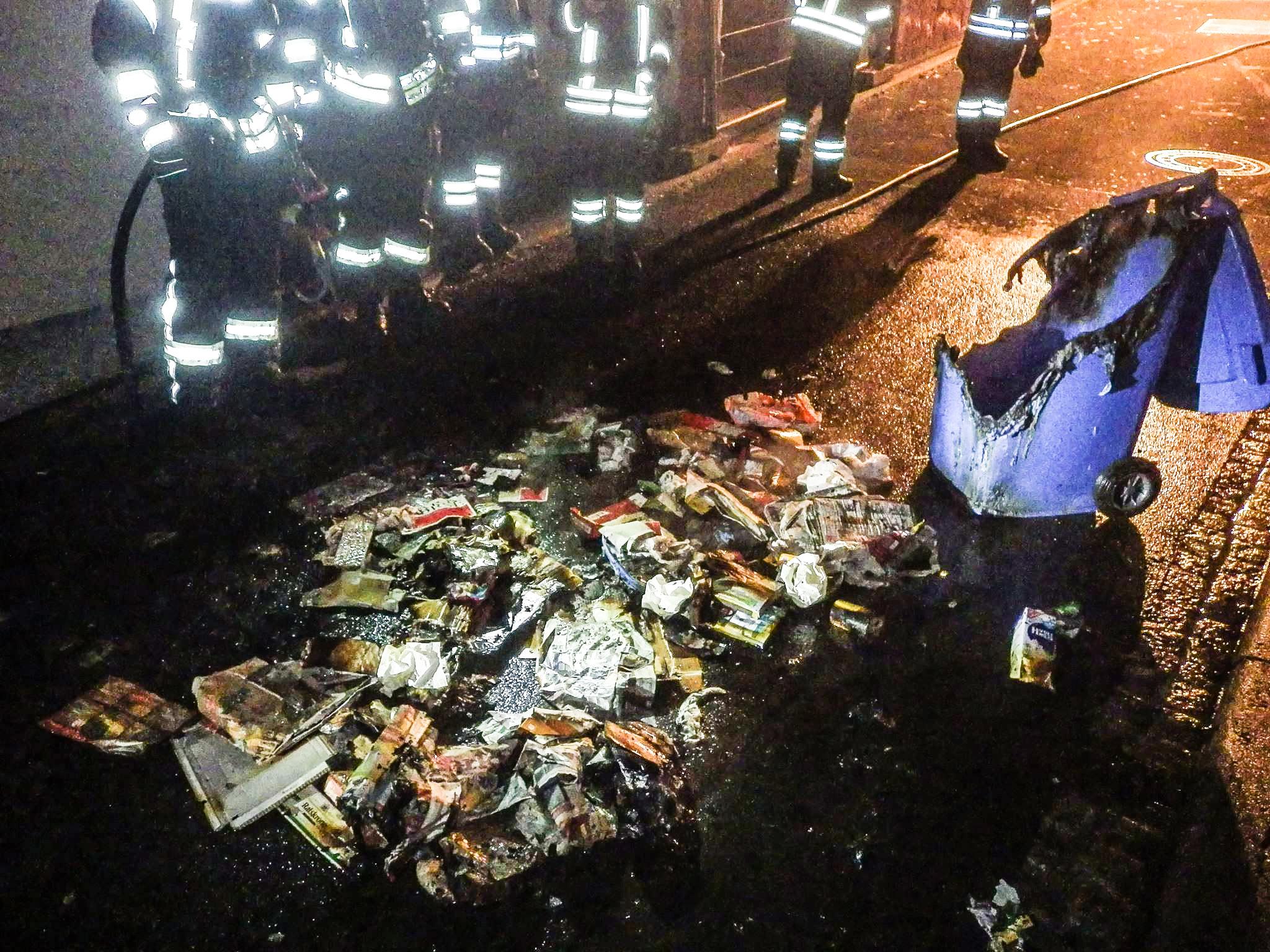 Zuerst rückte die Feuerwehr wegen eines brennenden Müllsacks aus. Wenig später brannte eine Mülltonne in der Hauptstraße. Foto: Freiwillige Feuerwehr Zell am Main.