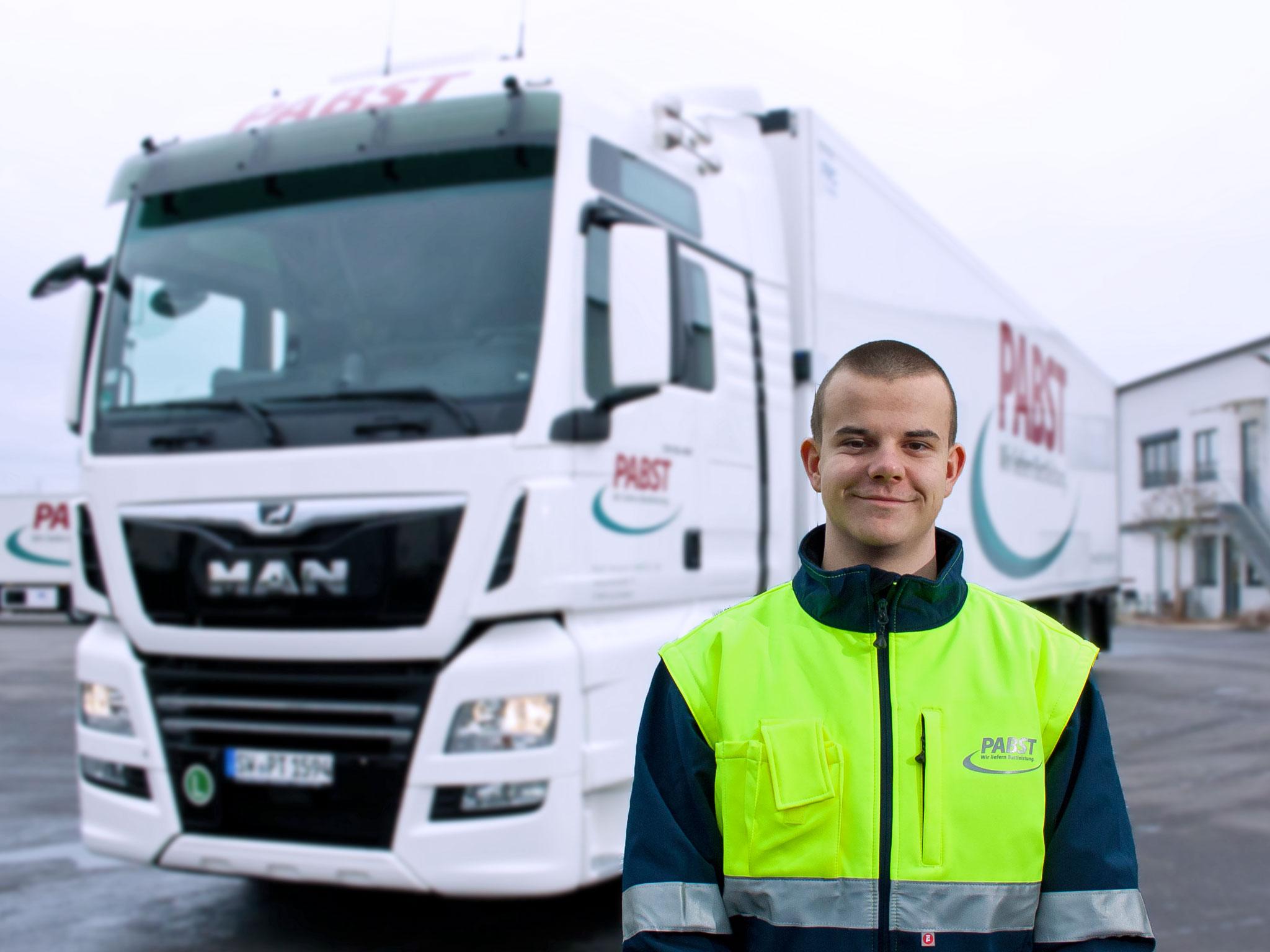 René ist in Ausbildung zum Berufskraftfahrer. Foto: Pabst Transport