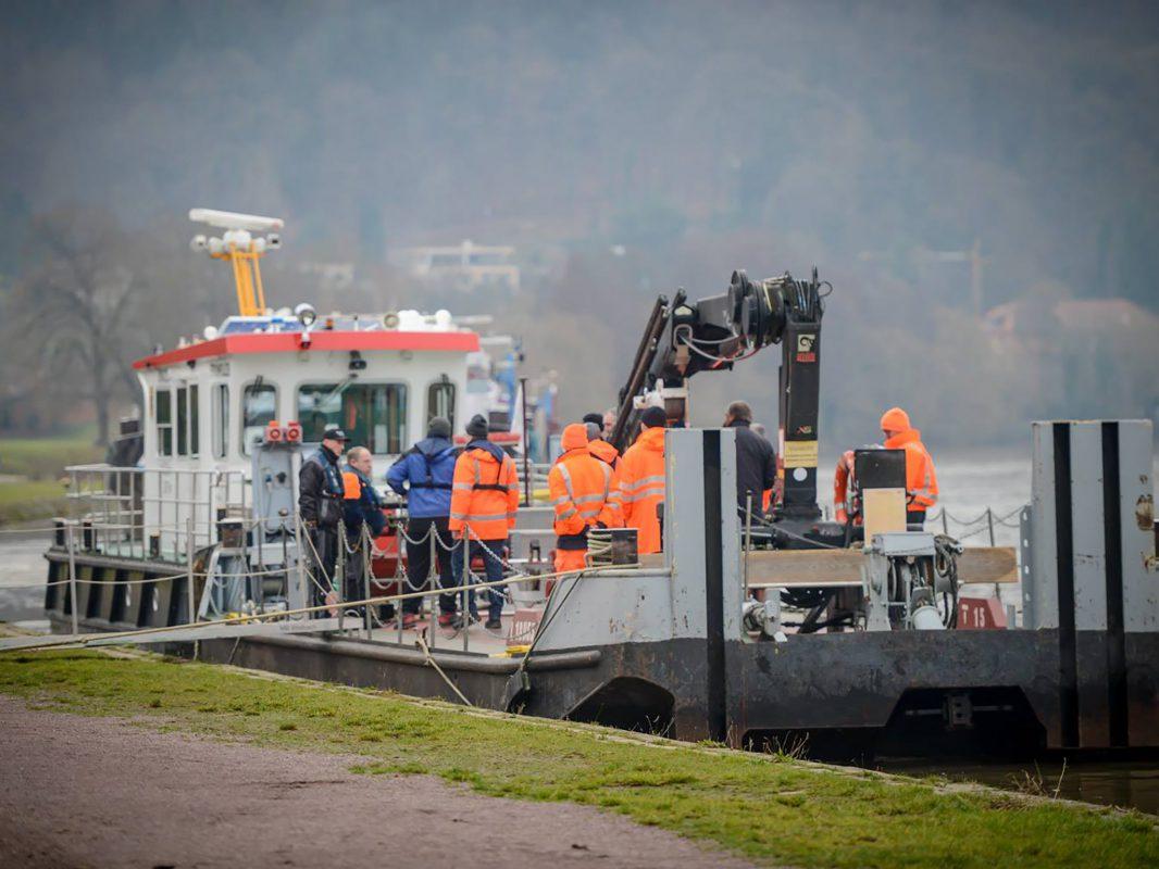 Die Würzburger Wasserschutzpolizei übernahm am Sonntag die Ermittlungen vor Ort. Eine Untersuchung durch einen Sachverständigen ist für Montag geplant. Foto: Benedict Rottmann