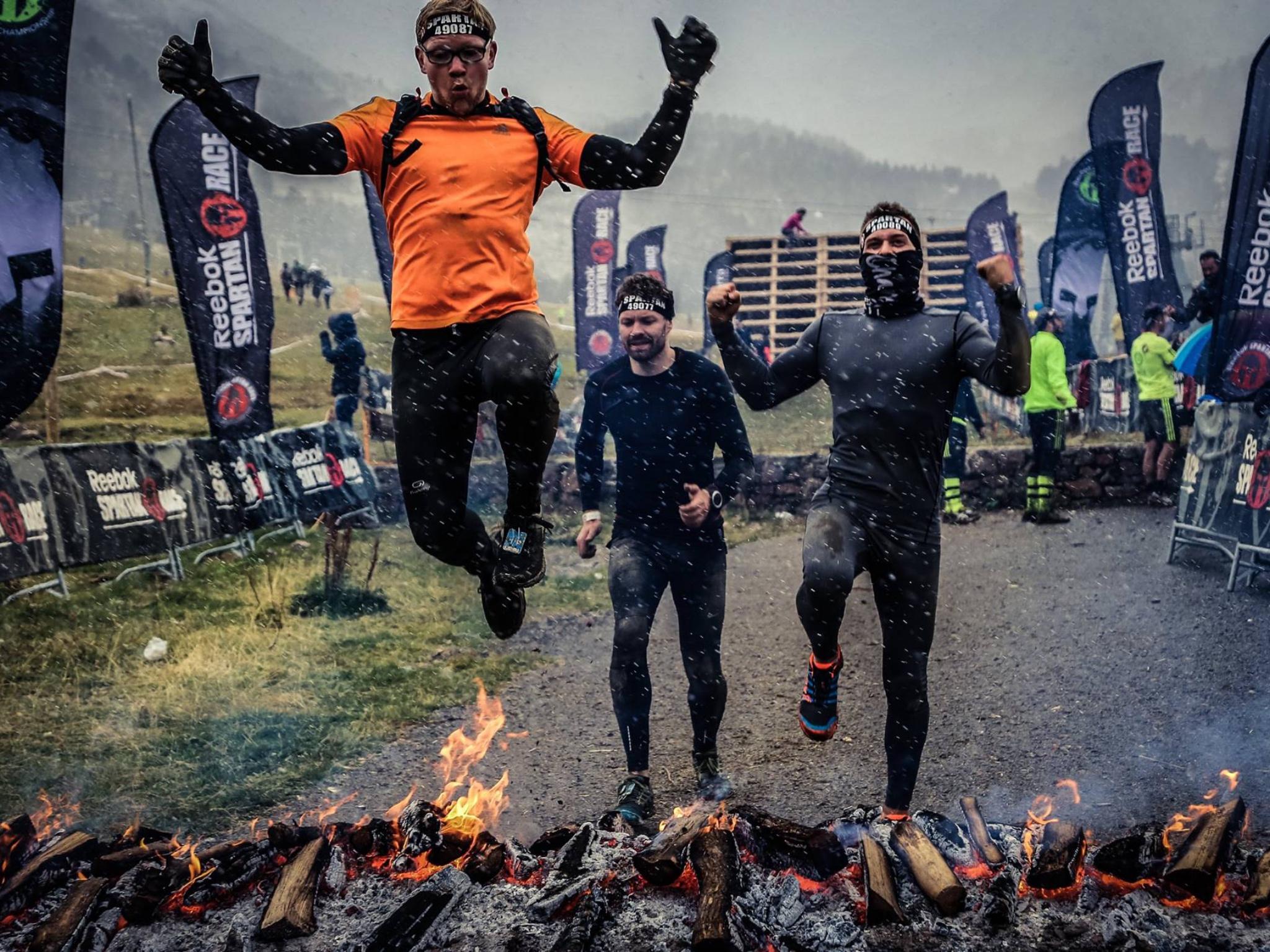 Sven Gehwald springt über ein Feuer bei einem Spartan Race in Andorra. Foto: Sportograf, Sven Gehwald