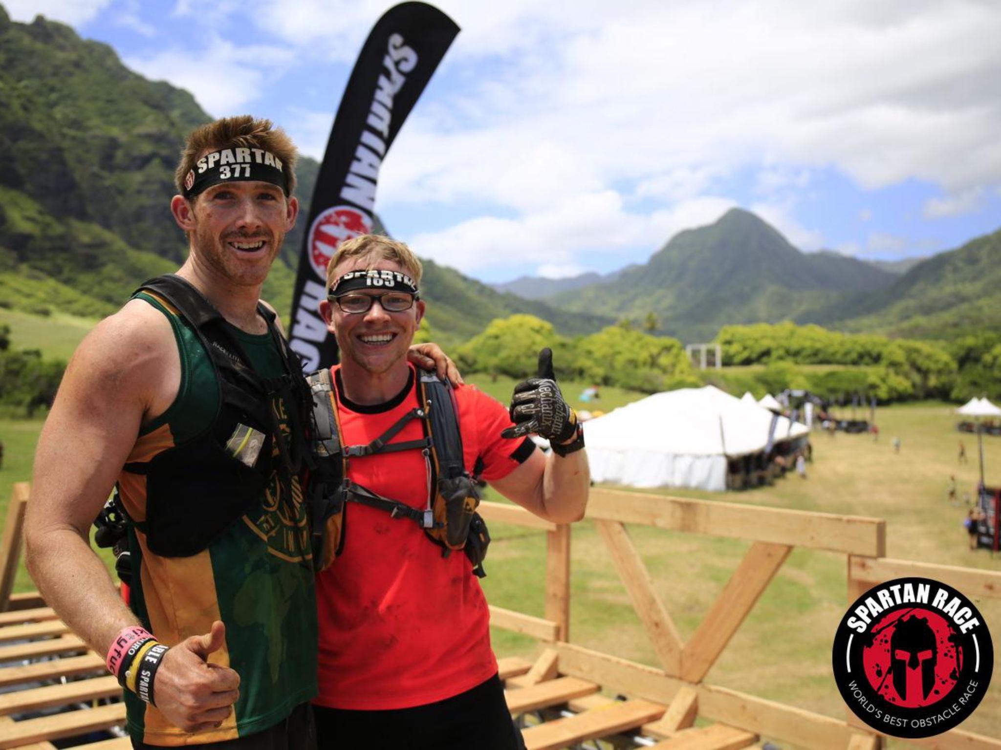 Sven Gehwald mit seinem australischen Freund beim Spartan Race auf Hawaii. Foto: Sportograf, Sven Gehwald
