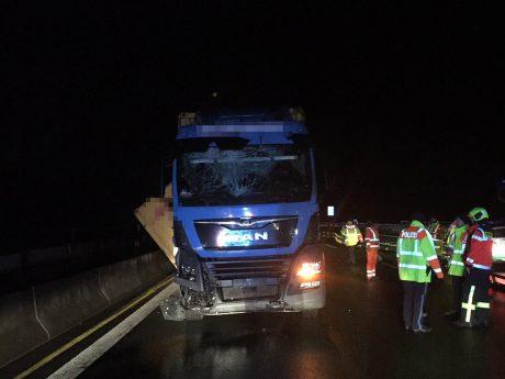 Im Baustellenbereich bei Randersacker hatte der LKW mehrere Leitplanken beschädigt, bevor der Hänger eine weitere durchbrach. Foto: Freiwillige Feuerwehr Eibelstadt