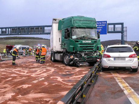 Ein in Fahrtrichtung Nürnberg fahrender Pkw konnte einen Zusammenstoß mit dem Lkw nicht mehr verhindern und touchierte diesen. Foto: Pascal Höfig