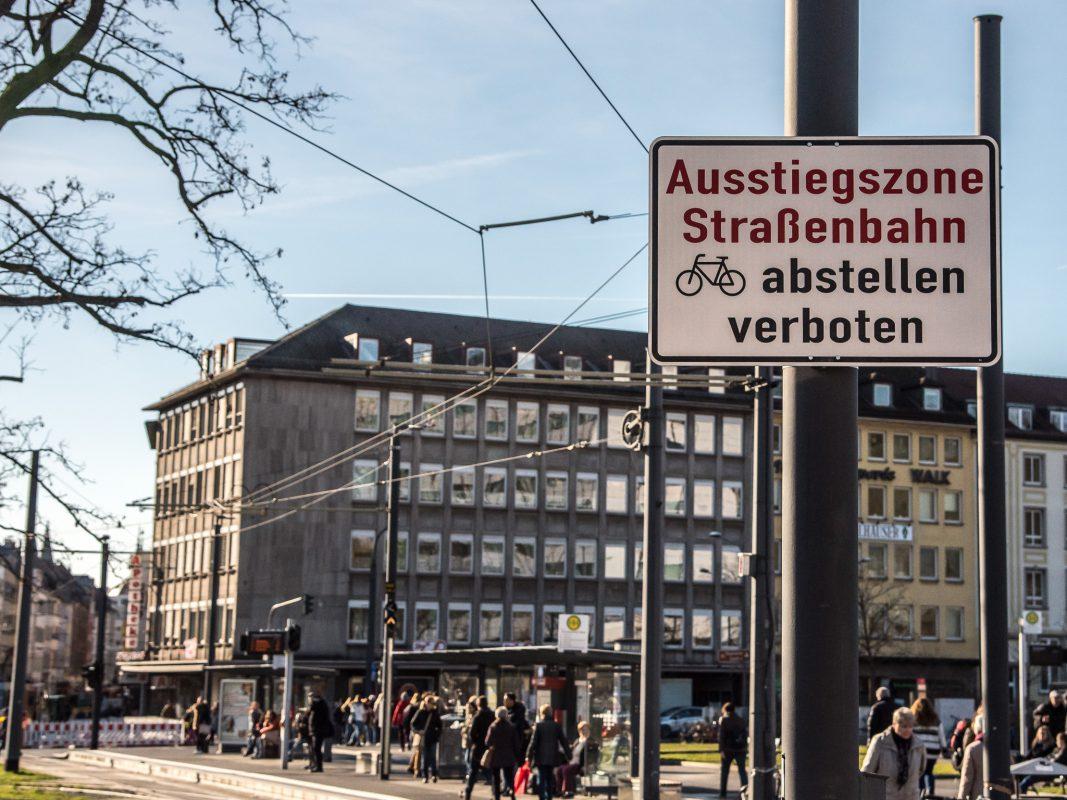 Fahrradabstellverbot um die Straßenbahngleise am Bahnhof Würzburg. Foto: Pascal Höfig