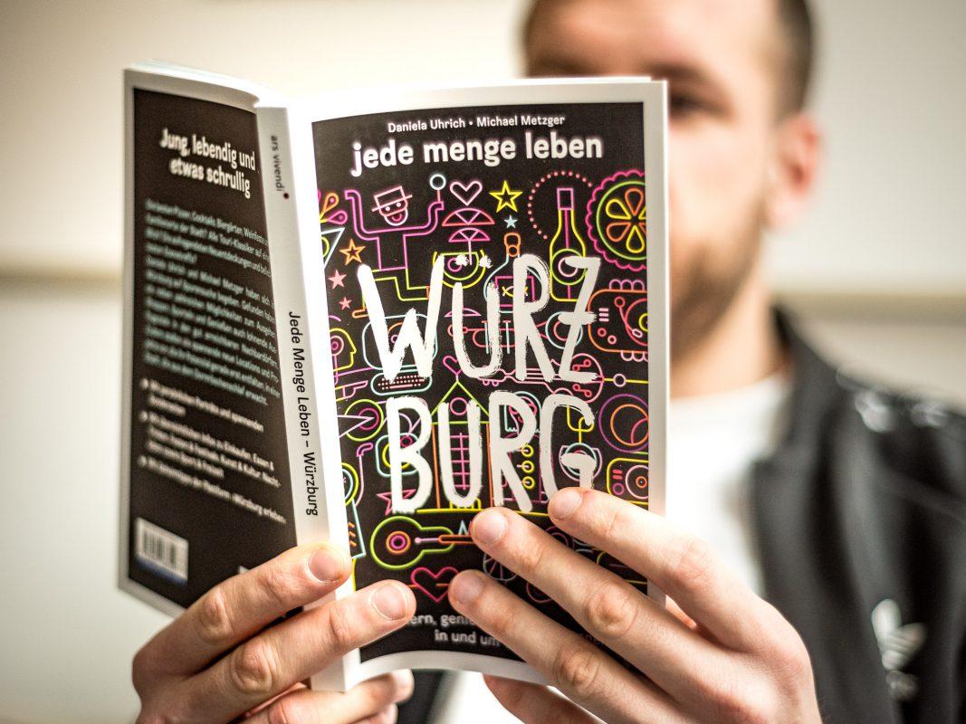 """Buch: """"Jede Menge leben - Würzburg"""" von Daniela Uhrich und Michael Metzger. Foto: Pascal Höfig"""