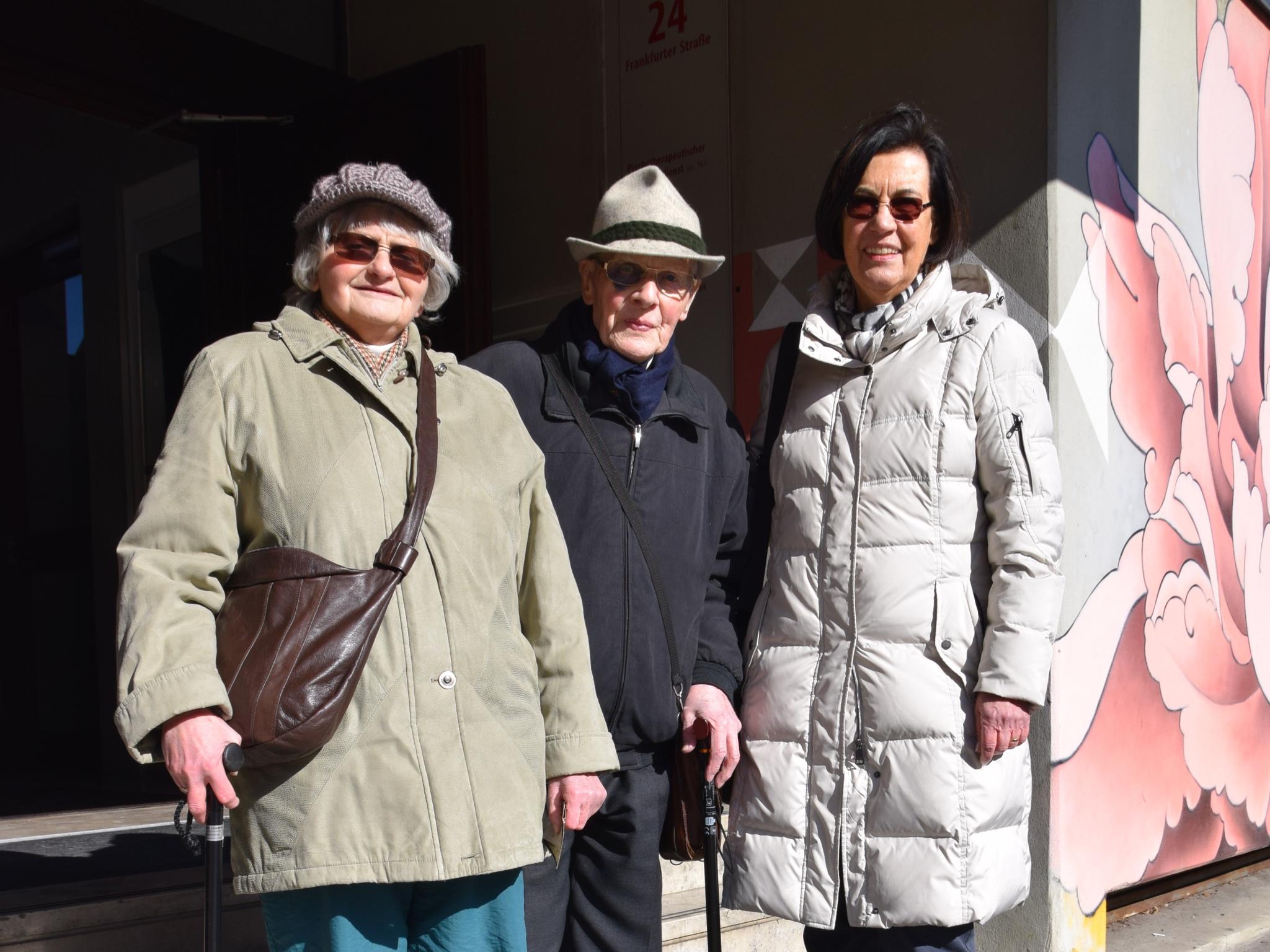 Trude Rauch und Karl-Heinz Schöler mit Regine Samtleben vom Arbeitskreis Stolpersteine vor dem Gedenkstein - Foto: SkF e.V. Würzburg