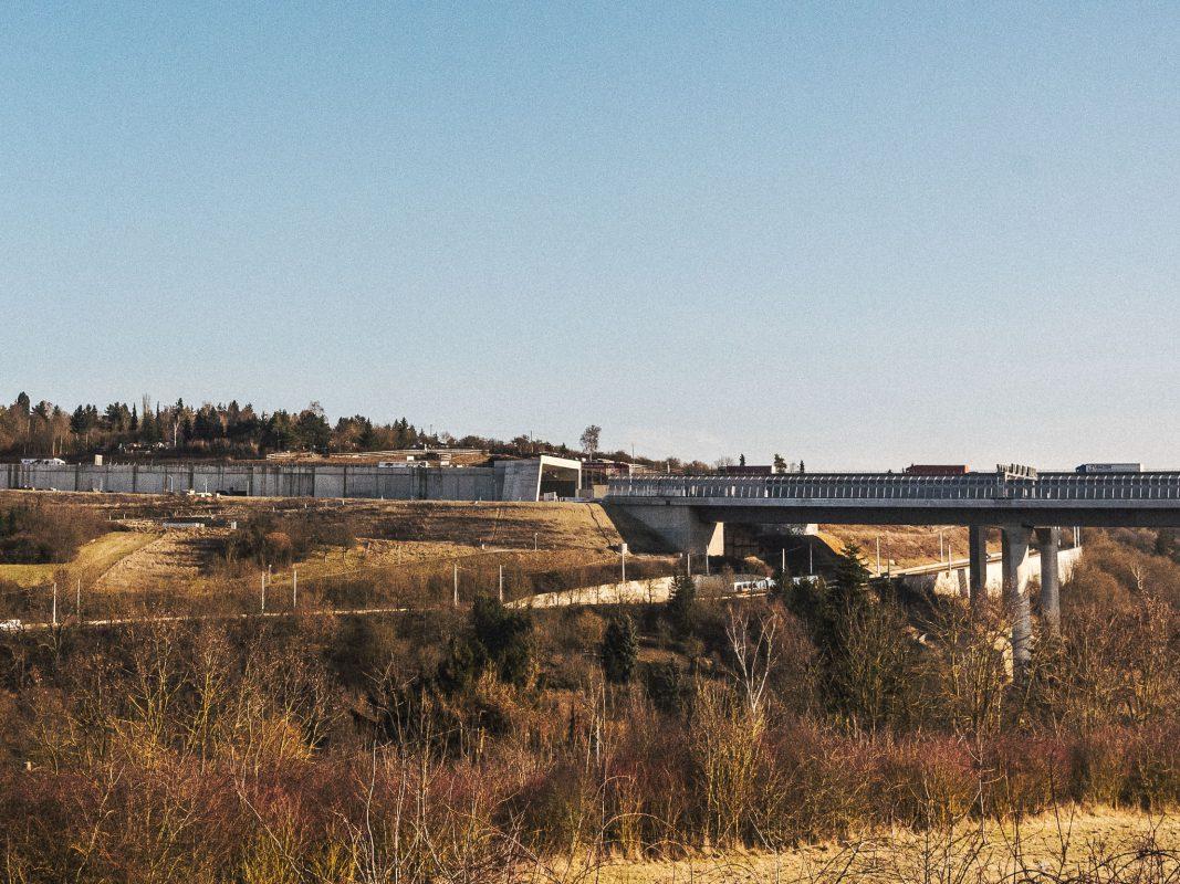 Die Strecke zwischen Heidingsfeld und Heuchelhof verläuft ab sofort auf einer Länge von 570 Metern unter der Erde, bis sie schließlich auf die neu gebaute Brücke mündet. Foto: Pascal Höfig