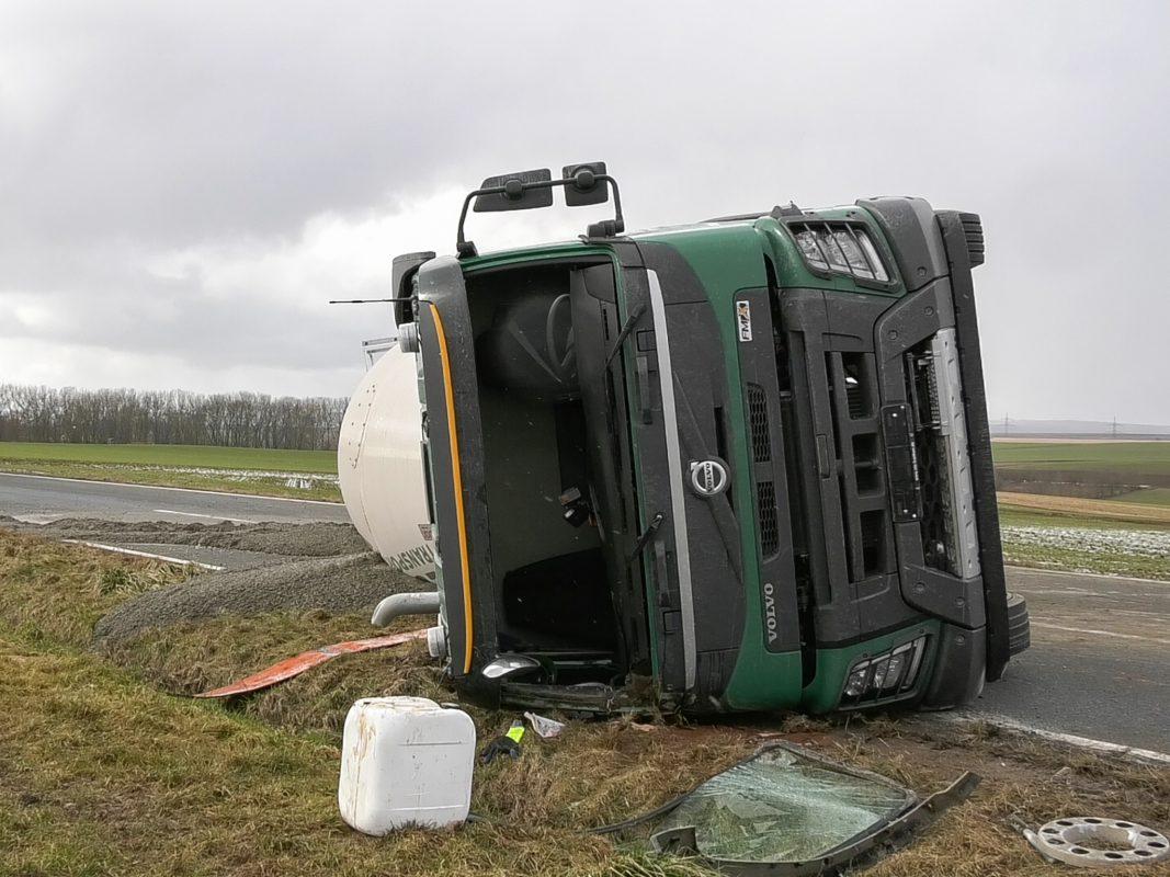 Der 38-jährige Fahrer konnte sich selbst aus dem Fahrzeug befreien und blieb glücklicherweise unverletzt. Foto: Pascal Höfig