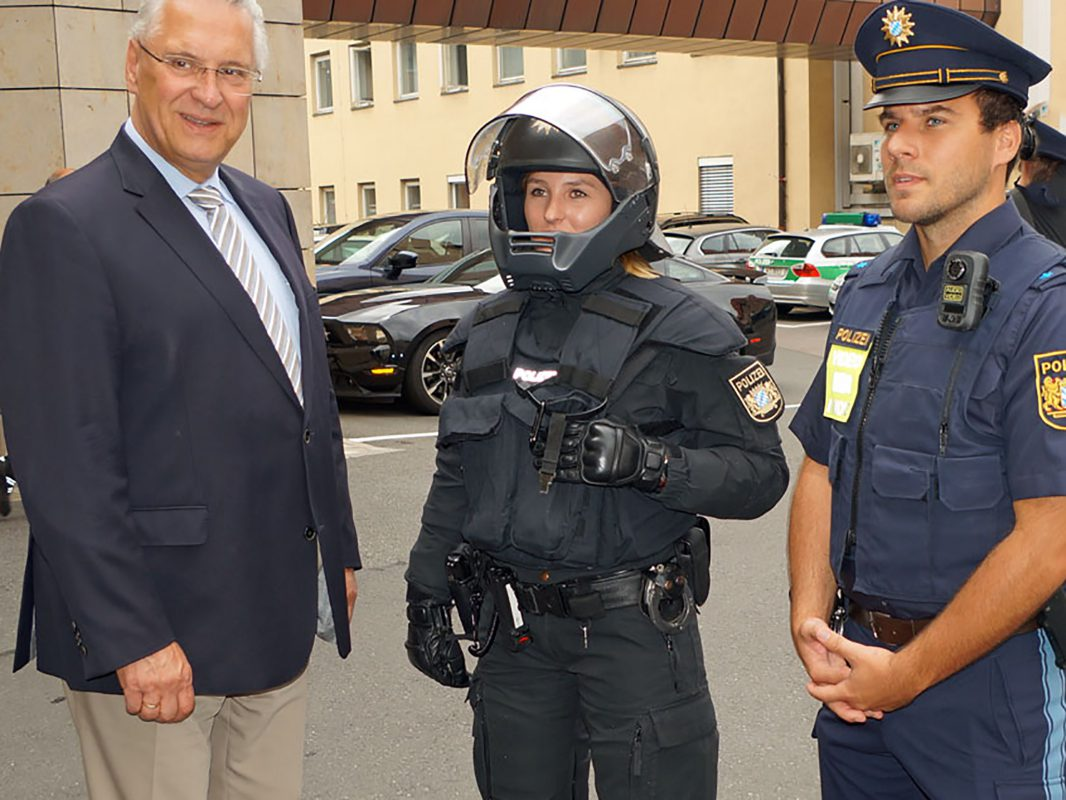 Innenminister Joachim Herrmann mit Polizistinnen und Polizisten mit Schutzausrüstung und 'Body-Cam'. Foto: PP Mittelfranken