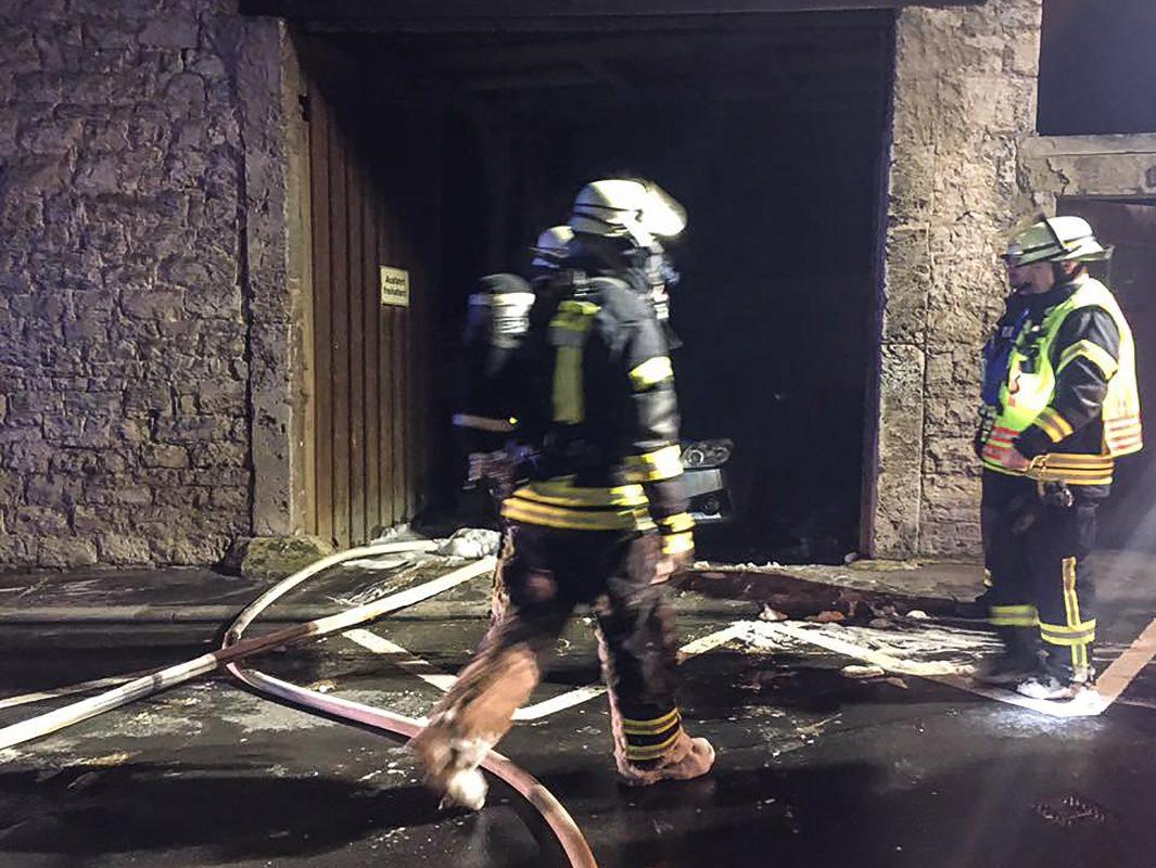 In einer Scheune ein Feuer ausgebrochen. Ein darin abgestellter Pkw wurde ebenfalls in Mitleidenschaft gezogen. Foto: Freiwillige Feuerwehr Ochsenfurt