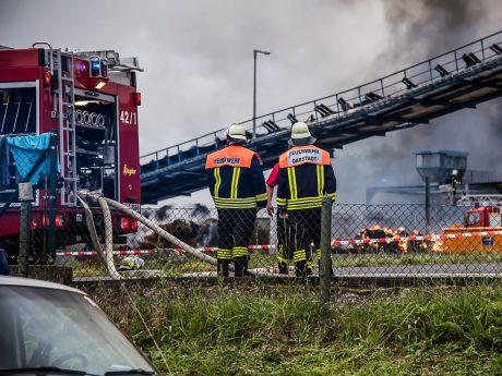 Rund 400 Einsatzkräfte bekämpften die Flammen in Ochsenfurt. Foto: Pascal Höfig