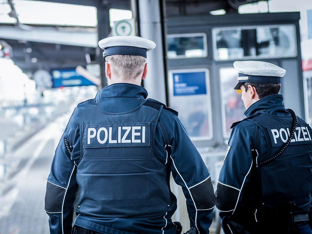 Bundespolizisten auf Streife im Hauptbahnhof Würzburg. Foto: Pascal Höfig