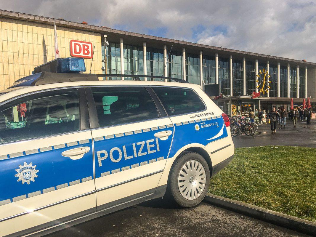 Ein Streifenwagen der Bundespolizei vor dem Würzburger Hauptbahnhof. Foto: Pascal Höfig