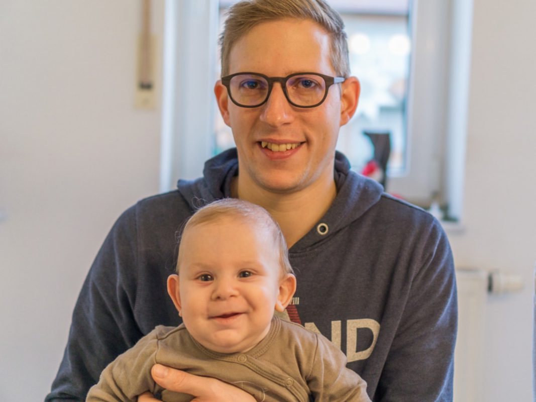Dominik mit seinem Sohn Paul. Foto: Dominik Panzer