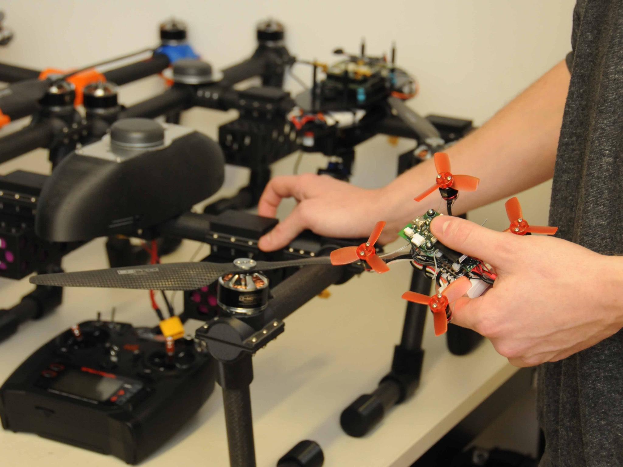 Mit Mikro-Drohnen üben die Wissenschaftler den Formationsflug. Im Hintergrund die Drohnen, die später zum Einsatz kommen sollen. Foto: Corinna Russow
