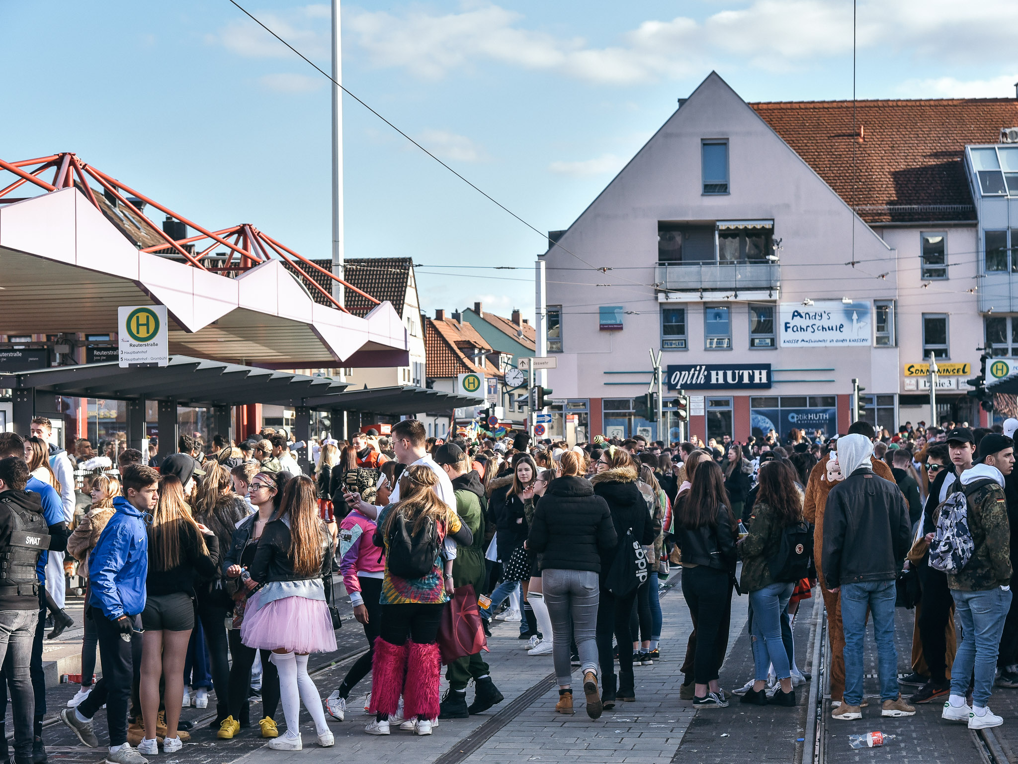 Feiernde an der Straßenbahnhaltestelle Reuterstraße. Foto: Pascal Höfig