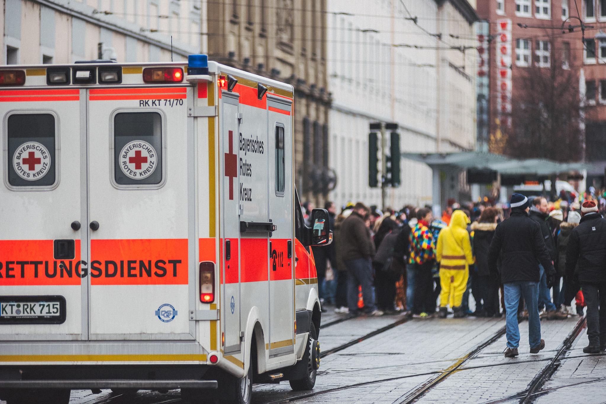 Die Malteser, Johanniter sowie das BRK Kitzingen hatten mit Fahrzeugen und Einsatzkräften ihre Kollegen vom BRK Würzburg unterstützt. Foto: Pascal Höfig