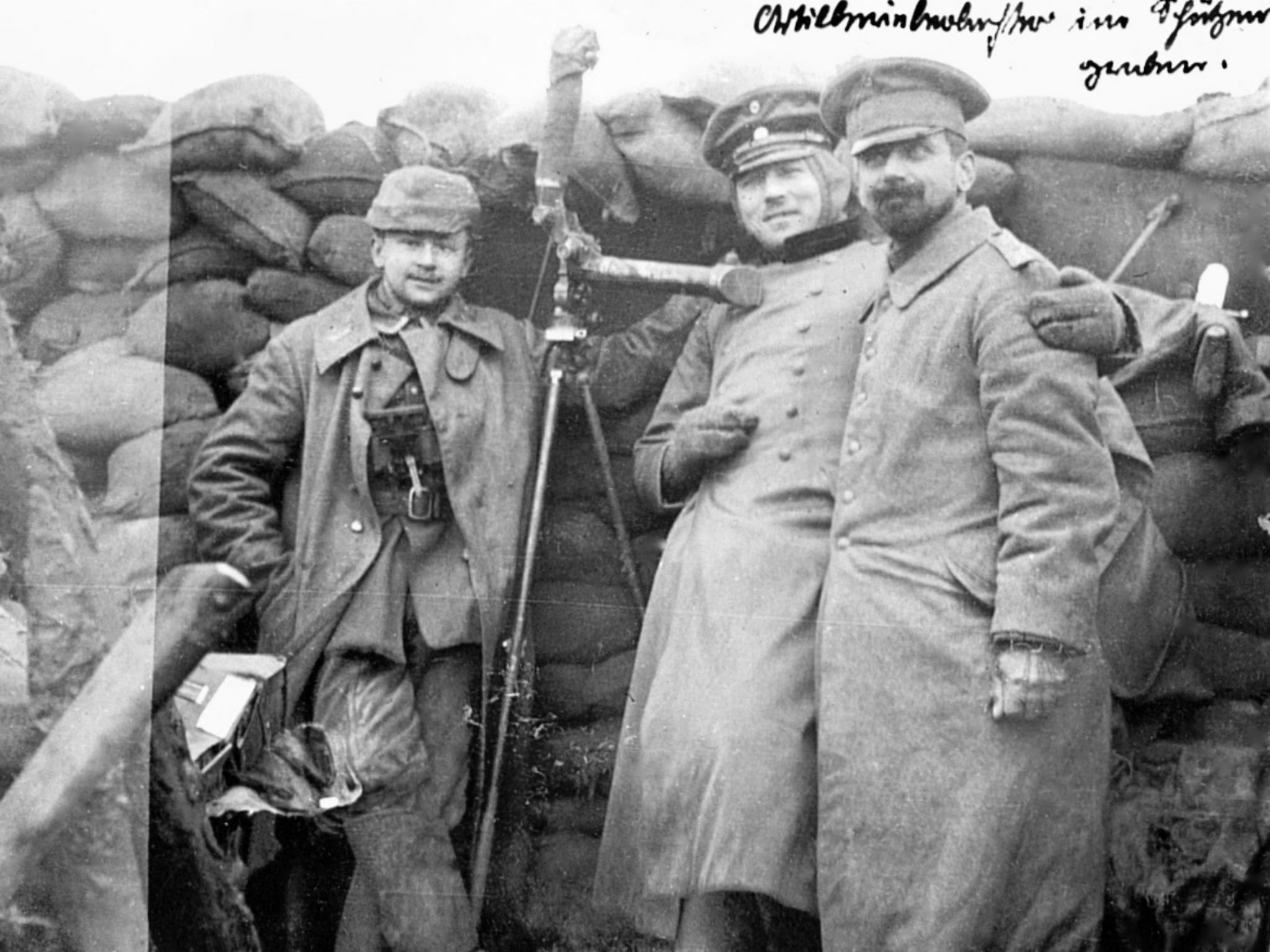 Der Würzburger Soldat Adelbert Gümbel fotografierte im Mai 1915 Artilleriebeobachter im Schützengraben vor dem belgischen Städtchen Ypern - Foto: Staatsarchiv Würzburg