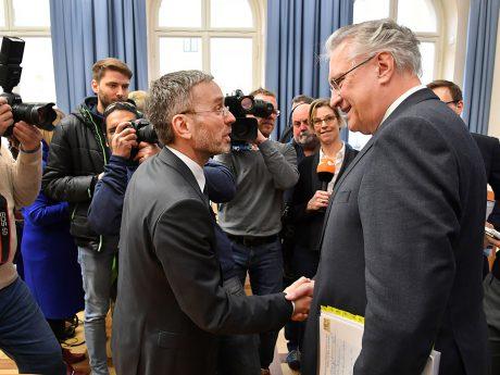 Joachim Herrmann empfängt den neuen österreichischen Bundesinnenminister Herbert Kickl zum Antrittsbesuch. Foto: StmI/Rolf Poss
