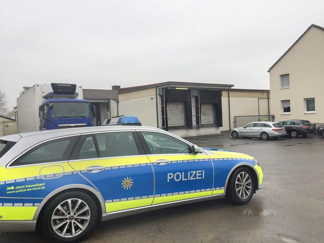 Die Polizei auf dem Schlachthof in Tauberbischofsheim. Foto: Rene Engmann