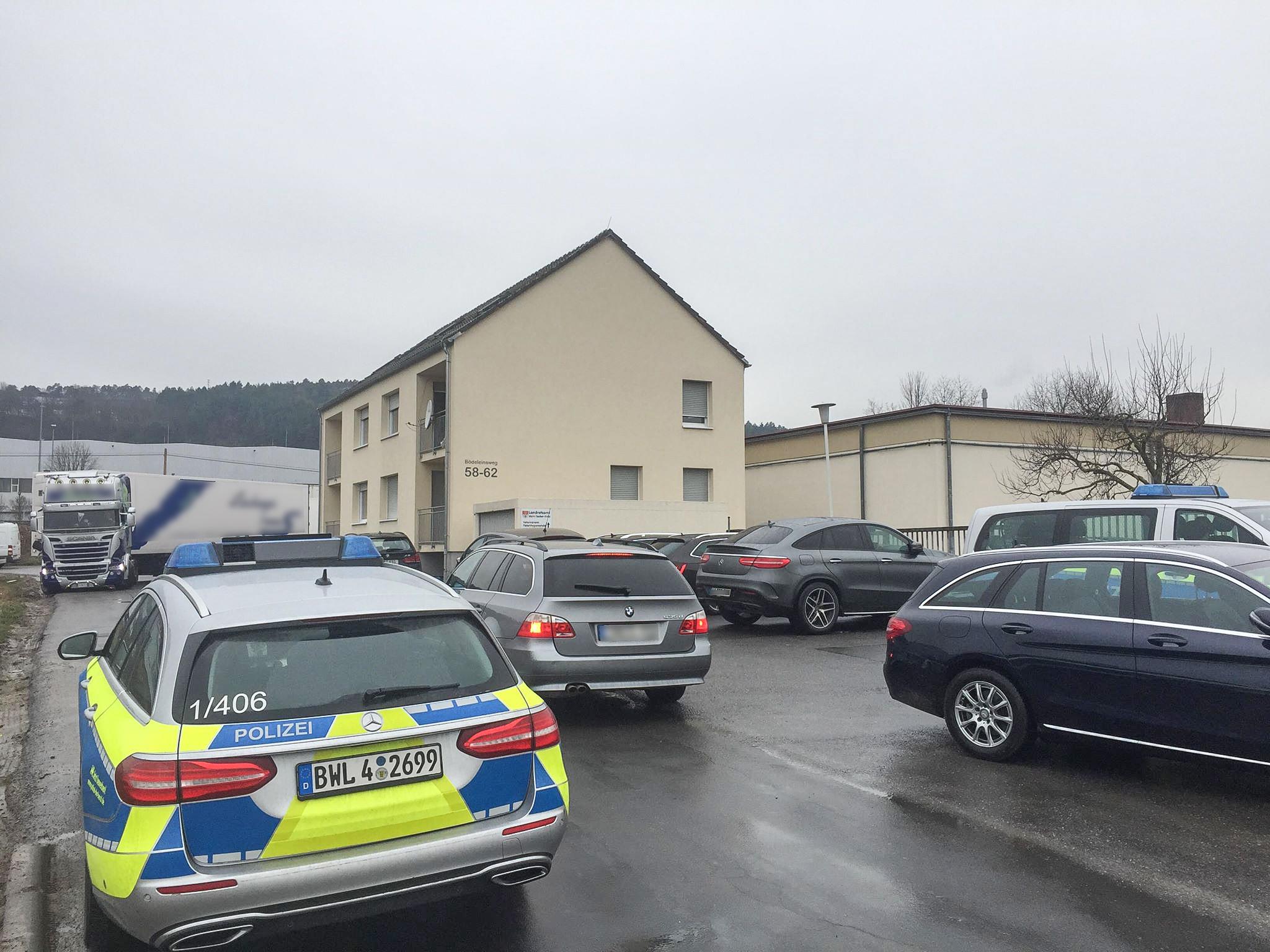 Die Polizei sichert aktuell Beweismittel auf dem Schlachthof in Tauberbischofsheim. Foto: Rene Engmann