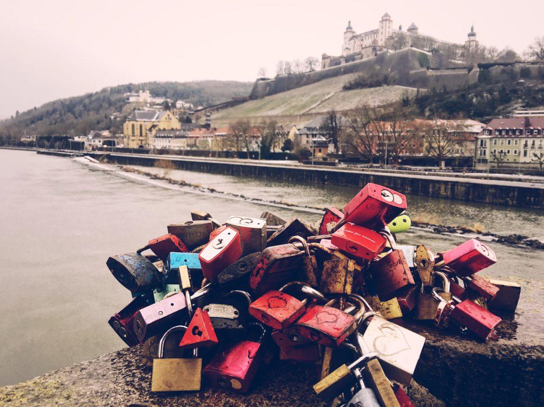 Liebesschlösser auf der Alten Mainbrücke. Foto: Pascal Höfig