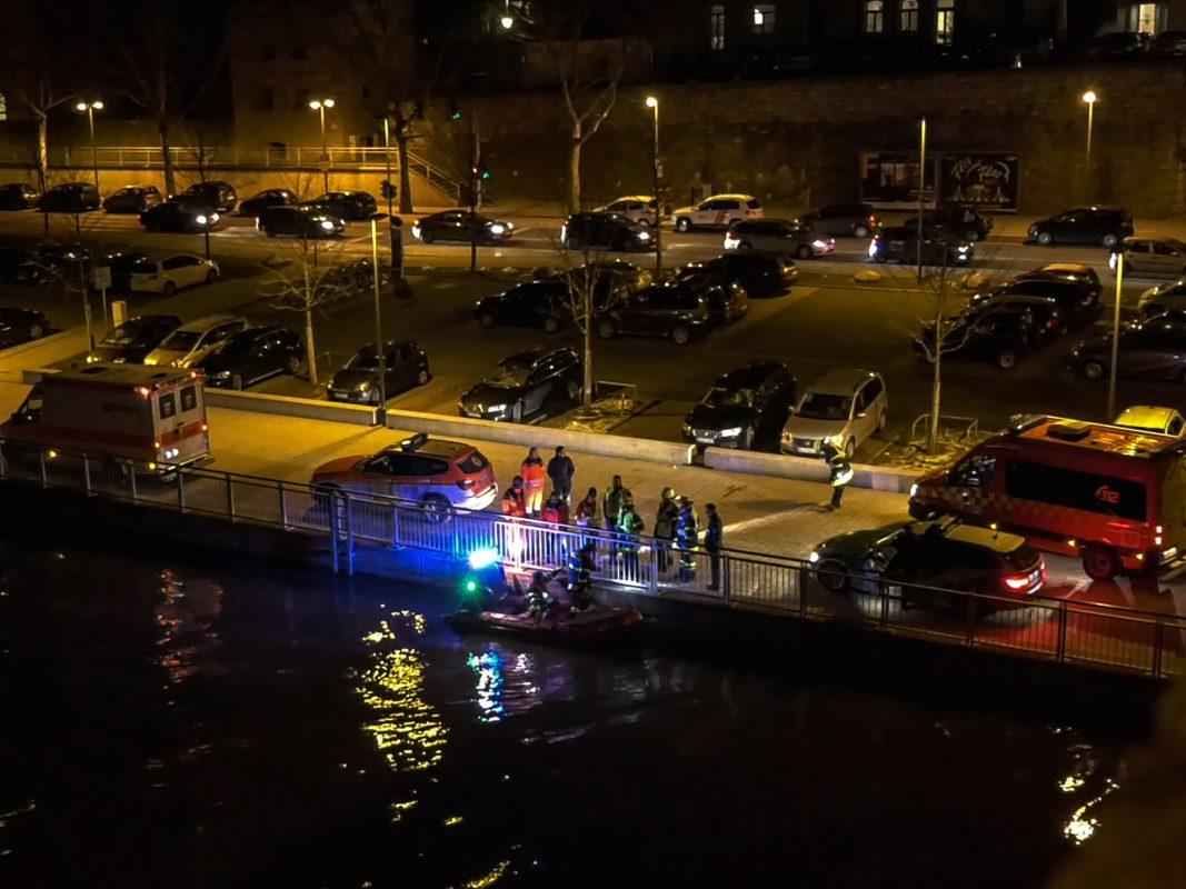 Einsatzkräfte unterhalb der Löwenbrücke. Foto: Pascal Höfig