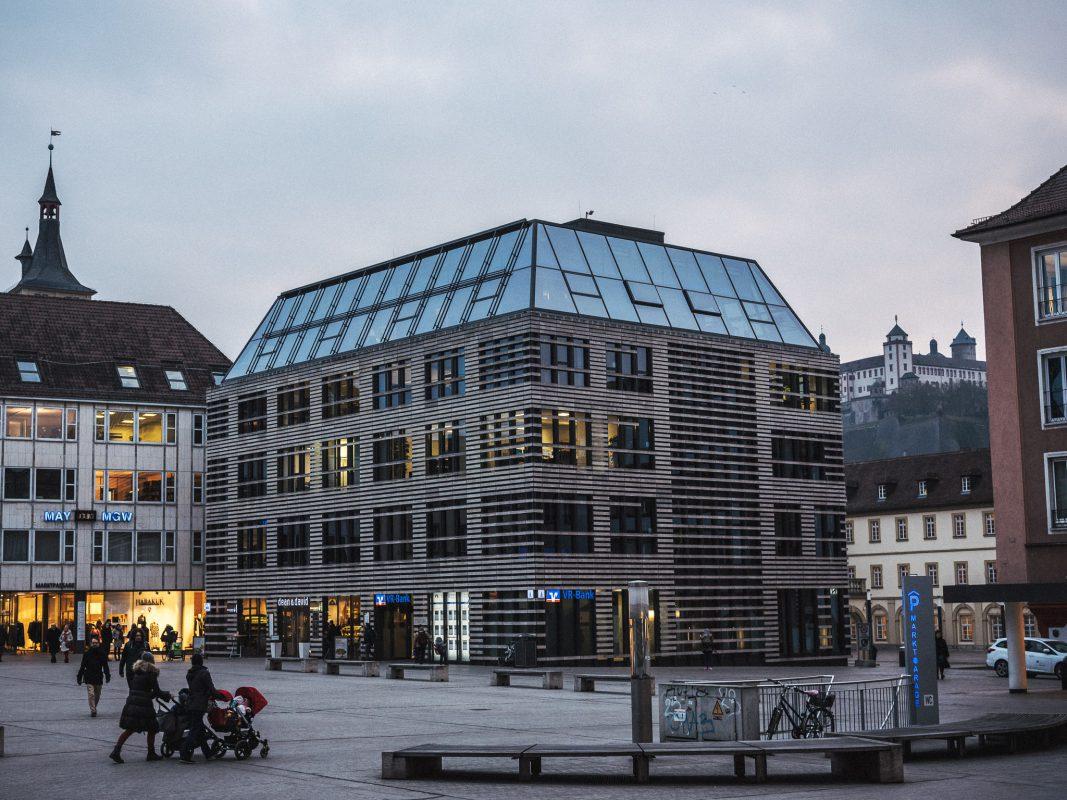 Unterer Marktplatz mit Blick auf das Petrini-Haus und der Festung Marienberg. Foto: Pascal Höfig
