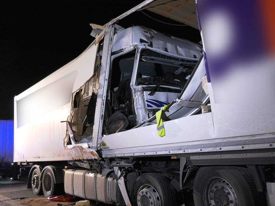 Mit unglaublicher Wucht auf Lkw aufgefahren. Der Beifahrer starb auf der Stelle. Foto: Pascal Höfig