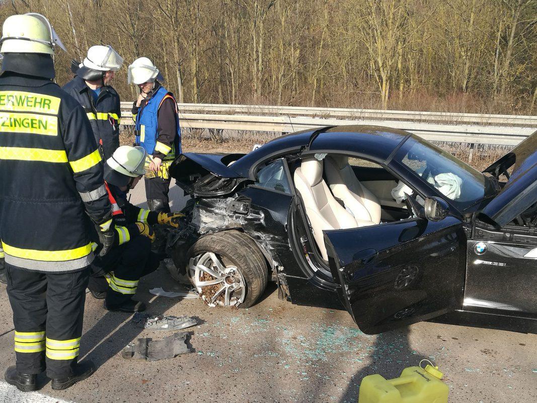 Feuerwehrleute aus Biebelried und Kitzingen unterstützten die Beamten bei der Absicherung und reinigten nach der Unfallaufnahme die Fahrbahn. Foto: Freiwillige Feuerwehr der Stadt Kitzingen