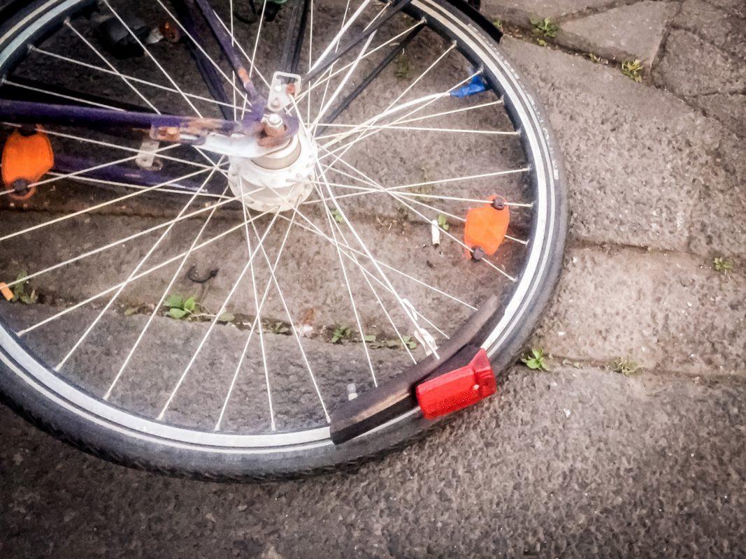von auto erfasst fahrradfahrer bei unfall schwer verletzt. Black Bedroom Furniture Sets. Home Design Ideas