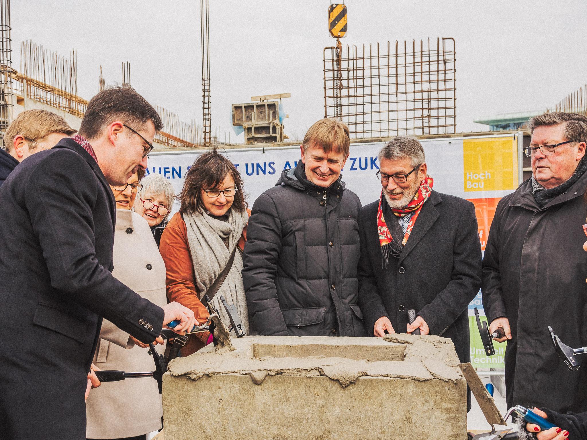 OB Christian Schuchardt, Barbara Stamm, Bäderchef Jürgen Athmer, WVV-Geschäftsführer Thomas Schäfer und Bürgermeister Adolf Bauer. Foto: Pascal Höfig